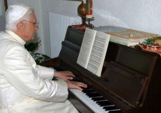 Papa Bento ao piano