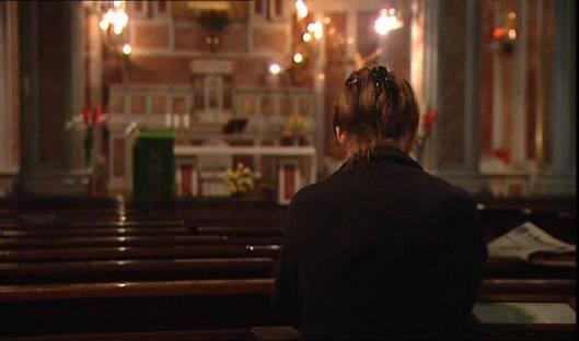 donna-chiesa-preghiera-evidenza-