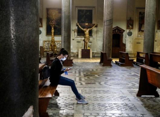 moça na igreja